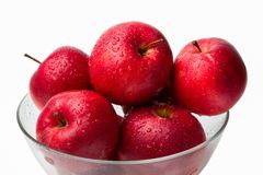 在一个玻璃碗的湿红色苹果 免版税库存图片