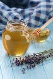 在一个玻璃碗的蜂蜜,没被绘的木板条背景 免版税图库摄影