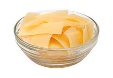 在一个玻璃碗的被刮的帕尔马干酪 免版税库存照片