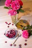 在一个玻璃花瓶的冷冻樱桃 免版税库存照片