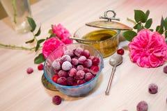 在一个玻璃花瓶的冷冻樱桃 免版税库存图片