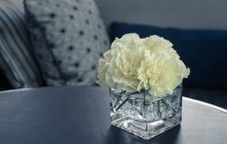 在一个玻璃花瓶的桃红色康乃馨花 免版税库存图片