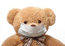 在一个医疗面具的玩具熊 图库摄影