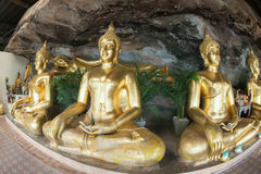 在一个洞的金黄菩萨雕象在佛教寺庙 免版税库存图片