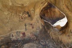 在一个洞的刻在岩石上的文字在约书亚树国家公园 免版税库存照片