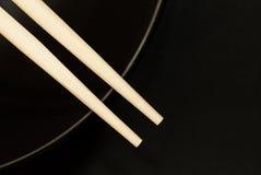 在一个黑碗的两双筷子 库存图片