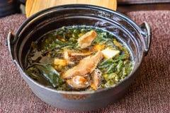在一个黑碗的传统日本大酱汤 免版税库存照片