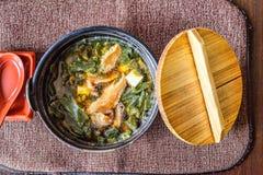 在一个黑碗的传统日本大酱汤 免版税图库摄影