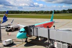 在一个终端附近的飞机在国际机场 库存图片