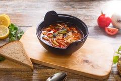 在一个黑罐的热的菜炖牛肉汤 库存图片
