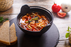 在一个黑罐的热的菜炖牛肉汤 库存照片