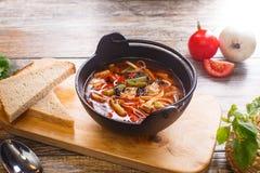 在一个黑罐的热的菜炖牛肉汤 免版税库存图片