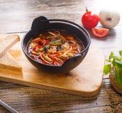 在一个黑罐的热的菜炖牛肉汤 免版税库存照片