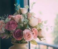 在一个水罐的花花束在桌上 库存照片