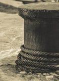 在一个系船柱的绳索有雪的在背景中 图库摄影