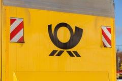 在一个黄色容器的德国邮政服务德国邮政商标 免版税图库摄影