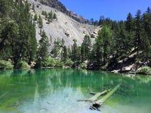 在一个绿色山湖的反射 免版税库存照片
