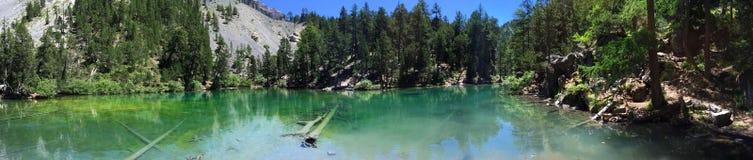 在一个绿色山湖的反射 免版税库存图片