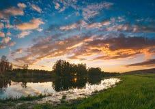 在一个绿色干草原的日落 免版税库存照片