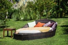 在一个绿色异乎寻常的庭院里sunbed的休息室 免版税图库摄影