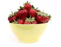 在一个黄色杯子的草莓 免版税库存图片