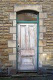 在一个绿色框架的老退色的桃红色门 免版税库存图片