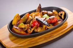 在一个黑色的盘子的温暖的泰国沙拉 免版税图库摄影