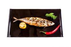 在一个黑色的盘子的烤鲭鱼 免版税库存图片