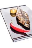 在一个黑色的盘子的烤鲭鱼 图库摄影