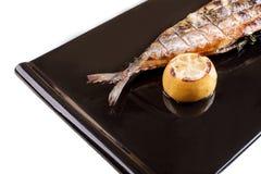 在一个黑色的盘子的烤鲭鱼 免版税库存照片
