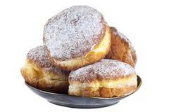 在一个黑色的盘子的甜油炸圈饼,裁减路线 免版税图库摄影