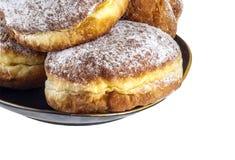在一个黑色的盘子的甜油炸圈饼,裁减路线 免版税库存照片