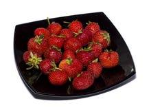 在一个黑色的盘子的草莓一张侧视图 库存图片