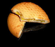 在一个黑色的盘子的被咬住的柠檬饼 免版税库存照片