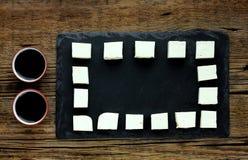 在一个黑色的盘子的豆腐框架,酱油 库存照片