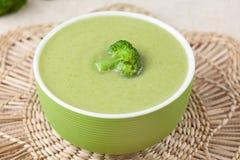 在一个绿色碗的健康奶油色硬花甘蓝汤膳食 图库摄影