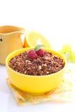 在一个黄色碗的巧克力格兰诺拉麦片 免版税库存图片