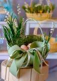 在一个绿色篮子的橙色木复活节彩蛋在残余部分 库存图片