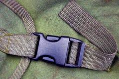 在一个绿色背包的塑料carabiner 库存照片