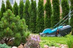 在一个绿色草甸的割草机 免版税图库摄影