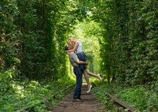 在一个绿色隧道的爱恋的夫妇 免版税库存照片
