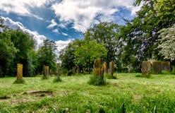 在一个绿色风景的犹太坟墓 免版税库存图片