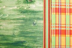 在一个绿色黑板的餐巾在右边, te的左空间 免版税库存图片
