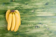 在一个绿色黑板的黄色成熟香蕉在正确的地方为 免版税库存图片