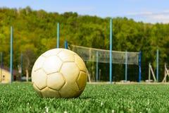 在一个绿草特写镜头的足球 概念-橄榄球激情,体育, HLS,活动 免版税图库摄影