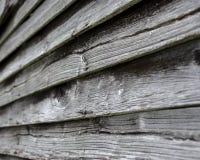 在一个100年谷仓的橡木震动 免版税库存照片