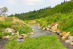 在一个活跃金矿附近的一条河在育空地区 免版税库存照片