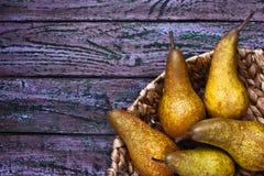 在一个结辨的碗的梨在紫色背景 库存照片