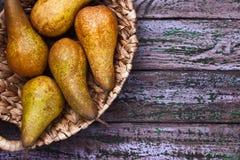 在一个结辨的碗的梨在紫色背景 图库摄影