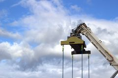 在一个建造场所的一台起重机在法罗群岛 免版税库存图片